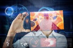 Doctor con la tableta futurista de la pantalla del hud Células gordas Concepto médico del futuro Fotos de archivo libres de regalías