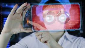 Doctor con la tableta futurista de la pantalla del hud División de célula Concepto médico del futuro almacen de metraje de vídeo