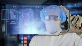 Doctor con la tableta futurista de la pantalla del hud Esperma, óvulo de los spermatozoons a la célula de huevo Concepto médico d metrajes