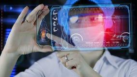 Doctor con la tableta futurista de la pantalla del hud Exploración del cuerpo humano Concepto médico del futuro metrajes