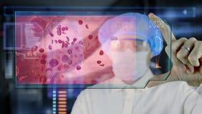 Doctor con la tableta futurista de la pantalla del hud Glóbulo rojo, eritrocite Concepto médico del futuro stock de ilustración