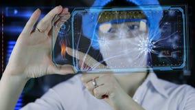 Doctor con la tableta futurista de la pantalla del hud Neuronas, impulsos del cerebro Concepto médico del futuro almacen de video
