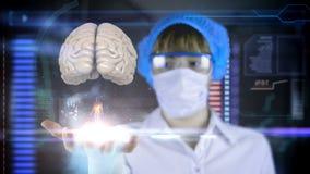 Doctor con la tableta futurista de la pantalla del hud Radiografía del cerebro humano Concepto médico del futuro libre illustration