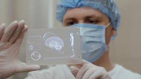 Doctor con la tableta futurista de la pantalla del hud del holograma almacen de video