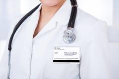 Doctor con la tarjeta y el estetoscopio de la identificación fotos de archivo