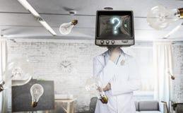 Doctor con la TV en vez de la cabeza Técnicas mixtas Técnicas mixtas imagen de archivo