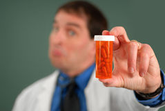Doctor con las píldoras fotografía de archivo