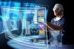 Doctor con las pantallas imagenes de archivo