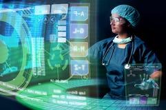 Doctor con las pantallas imagen de archivo libre de regalías