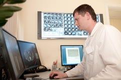 Doctor con las películas de la exploración del CT foto de archivo