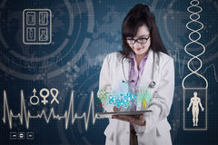 Doctor con los apps médicos en la tableta digital 3 Foto de archivo