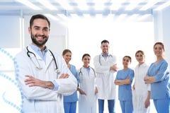 Doctor con los colegas en clínica foto de archivo