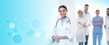 Doctor con los colegas en clínica Servicio m?dico foto de archivo