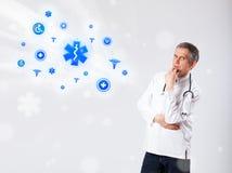 Doctor con los iconos médicos azules Fotos de archivo