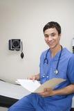 Doctor con los informes médicos fotos de archivo libres de regalías