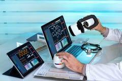 Doctor con los ordenadores y las auriculares del vr de la realidad virtual que trabajan adentro foto de archivo libre de regalías