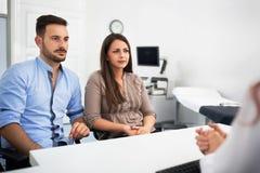 Doctor con los pacientes en la clínica fotos de archivo