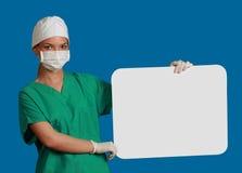 Doctor con una tarjeta en blanco Fotos de archivo