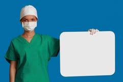 Doctor con una tarjeta en blanco Foto de archivo libre de regalías