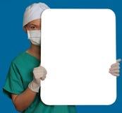 Doctor con una tarjeta en blanco Fotos de archivo libres de regalías