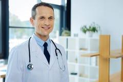 Doctor confiado alegre que está listo para tratar a sus pacientes Fotos de archivo libres de regalías