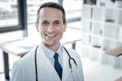 Doctor confiado confiable que parece recto y sonrisa Imagen de archivo libre de regalías