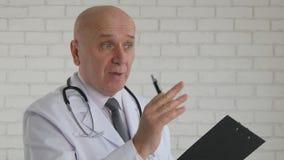 Doctor confiado Image Talking y donante de consejo médico fotos de archivo libres de regalías