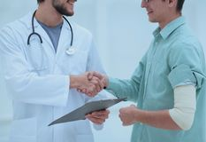 Doctor congratulating the patient with recovery Royalty Free Stock Photos