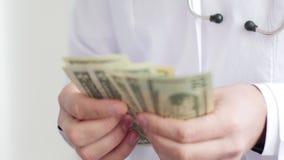 Doctor corrompido que cuenta el dinero y que lo pone en su bolsillo Vídeo de UltraHD metrajes