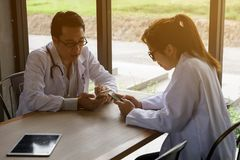 Doctor couple playing social media via smartphone Royalty Free Stock Images
