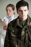 Doctor de Being Assessed By del soldado fotografía de archivo