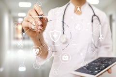 Doctor de la medicina con el ordenador moderno, el interfaz de la pantalla virtual y la conexión de red médica del icono Concepto imagen de archivo