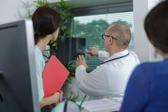Doctor de la medicina que muestra la radiograf?a al colega femenino fotos de archivo libres de regalías