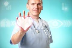 Doctor de la medicina que trabaja con el interfaz futurista Fotografía de archivo