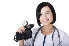 Doctor de la mujer con el calibrador de presión Foto de archivo libre de regalías