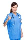 Doctor de la mujer con el pulgar para arriba Imagen de archivo