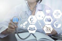 Doctor de la mujer con salud del control del estetoscopio a disposición y médico Fotos de archivo libres de regalías