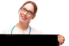 Doctor de la mujer con sonrisas amistosas de la muestra negra según lo cortado Imagenes de archivo