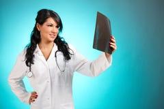 Doctor de la mujer de la medicina con la radiografía fotografía de archivo libre de regalías