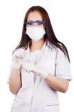 Doctor de la mujer en una máscara, gafas y guantes del caucho que sostienen cápsulas foto de archivo libre de regalías