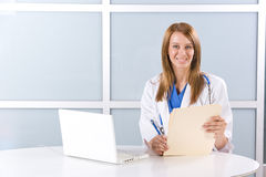 Doctor de la mujer en una oficina moderna Foto de archivo libre de regalías