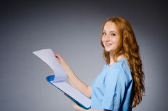 Doctor de la mujer joven fotos de archivo