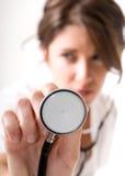 Doctor de la mujer joven con el estetoscopio Fotografía de archivo
