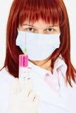 Doctor de la mujer joven con la jeringuilla a disposición Imagenes de archivo
