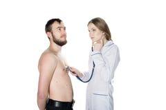 Doctor de la mujer joven con un estetoscopio con el paciente imágenes de archivo libres de regalías