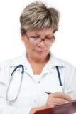 Doctor de la mujer que escribe una prescripción Fotos de archivo libres de regalías
