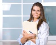Doctor de la mujer que lleva a cabo una carta fotografía de archivo libre de regalías