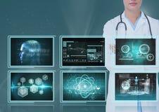 Doctor de la mujer que mira interfaces médicos Foto de archivo libre de regalías