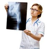 Doctor de la mujer que se coloca en el fondo blanco imagen de archivo