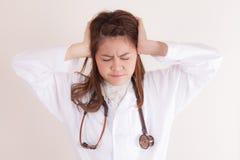 Doctor de la señora con dolor de cabeza imagen de archivo libre de regalías